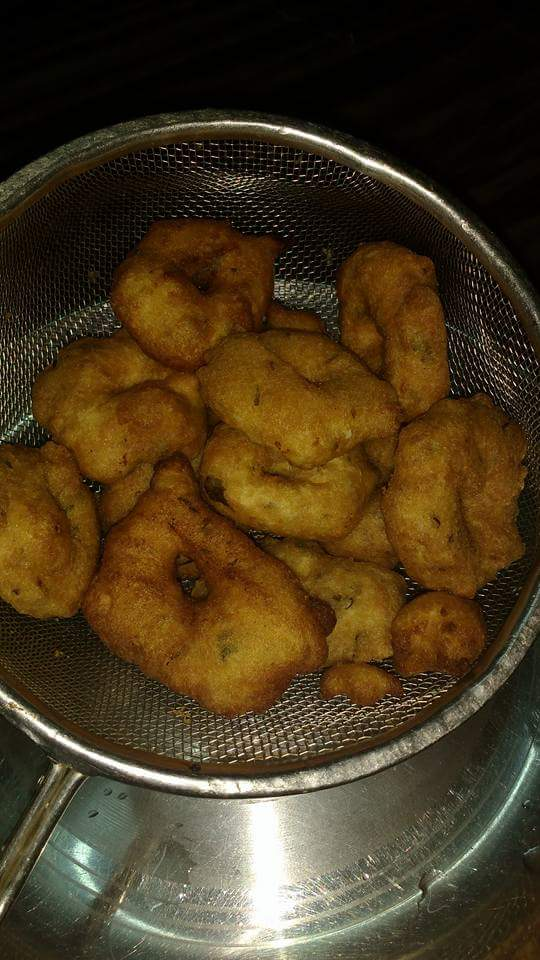 Now take out the fried vadas and put it in sieve so that extra oil pours out