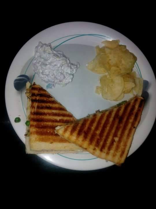 Veg grilled sandwich with dip