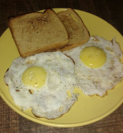 Half fry eggs with toast
