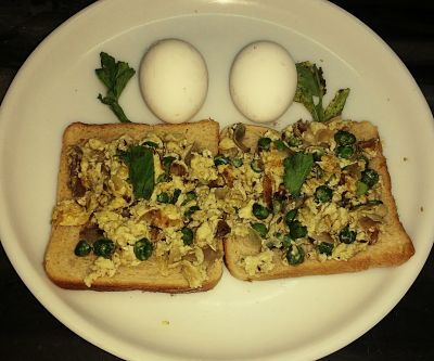 Scrambled egg with toast