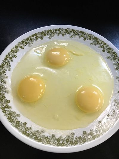 Break the eggs and pour them on the greased plate.